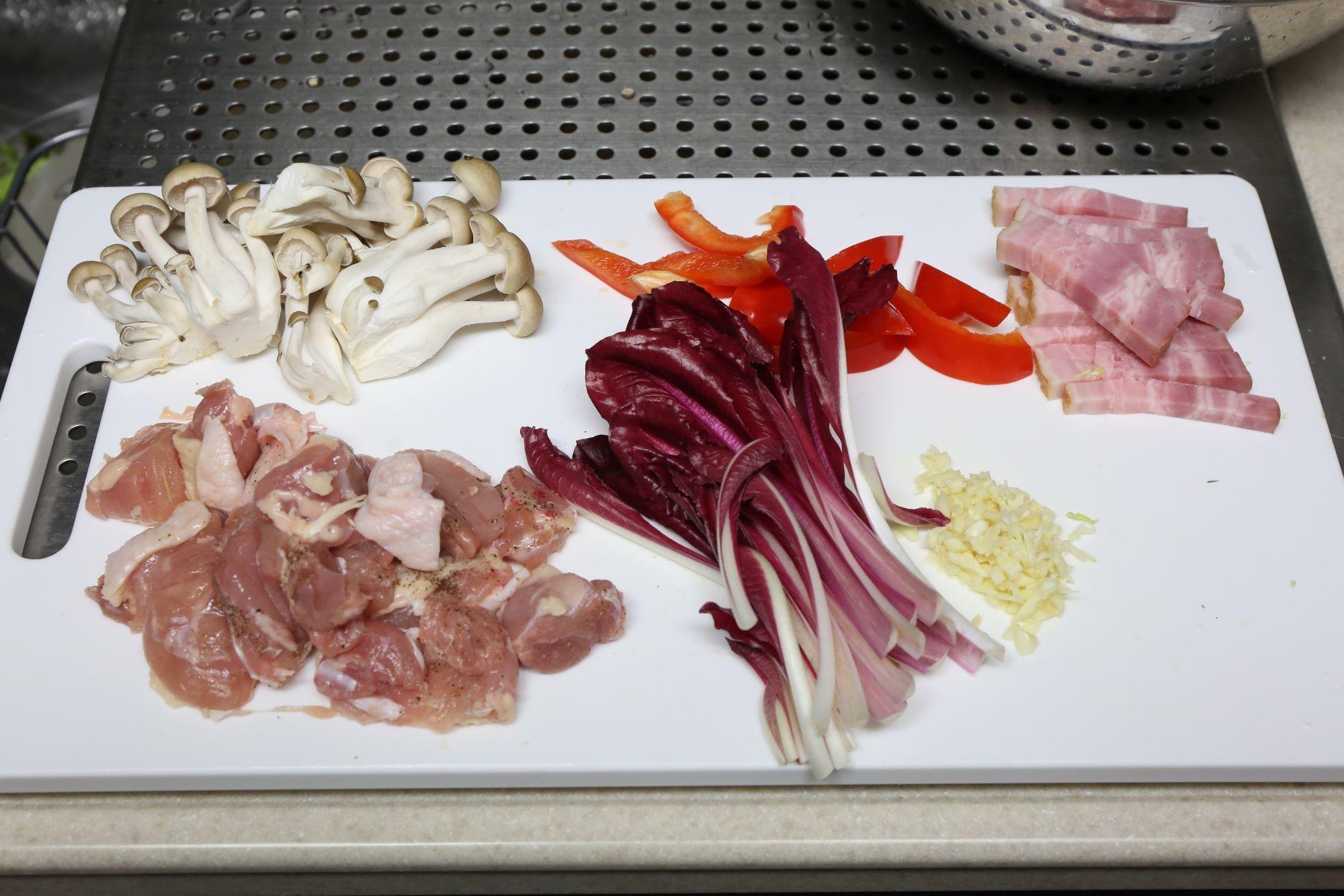 ラディッキオ・ロッソ・ディ・タルディーボと鶏肉のスパゲッティ