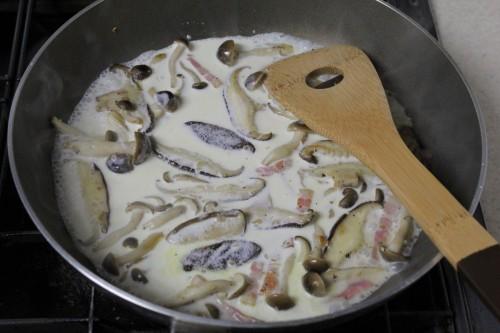 ベーコンとキノコの軽いクリームソーススパゲッティ