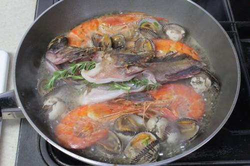 カサゴと赤エビ、サルボウ貝のブイヤベース